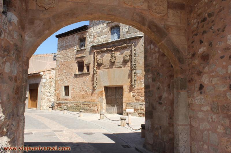 Puerta medieval de ayll n segovia espa a - Puerta de segovia ...